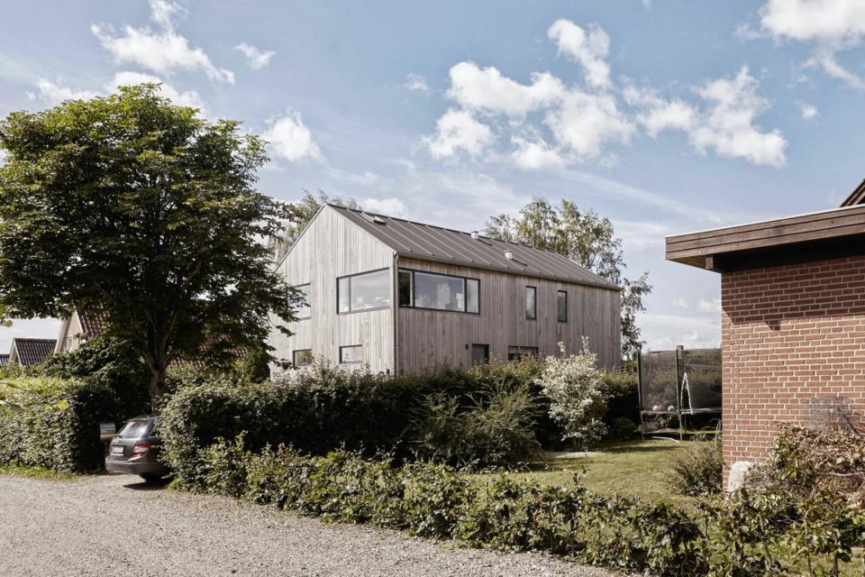 Erik-Nord-Arkitekt-Damkaervej-Villa-Aarhus-Harlev-ombygning-tilbygning-cedertrae-facade-beklaedning-6-rettet