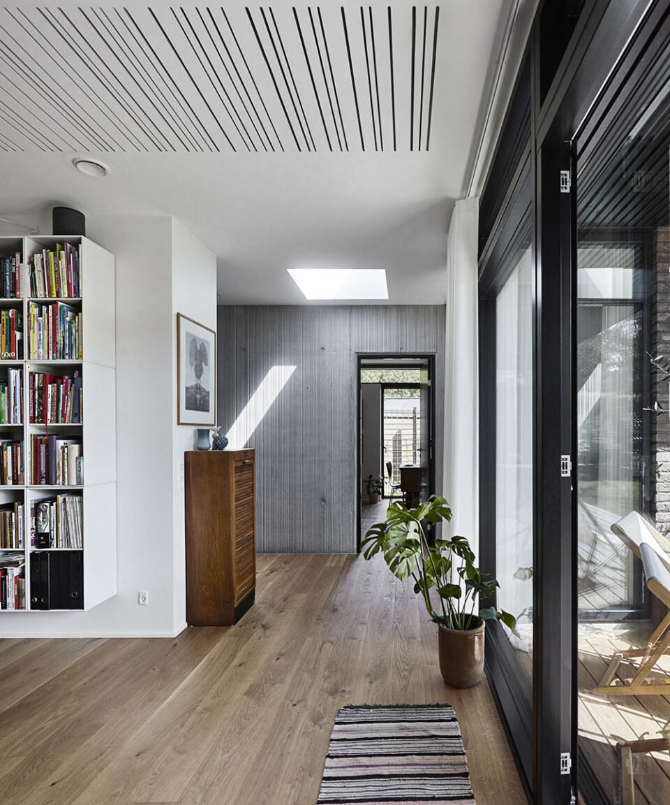 Erik-Nord-Arkitekt-Egebaeksvej-villa-ombygning-parcelhus-betonvaeg-egetrae-03